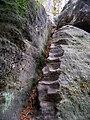 Cinibulkova stezka, mezi Bludištěm a Rovinou (10), tesané schody s řetězy.jpg