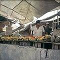 Collectie Nationaal Museum van Wereldculturen TM-20029770 Verkoper van fruit op de markt van Venezolaanse schepen aan de De Ruyterkade Curacao Boy Lawson (Fotograaf).jpg
