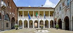 Cortile del Broletto lato Nord a Brescia.jpg