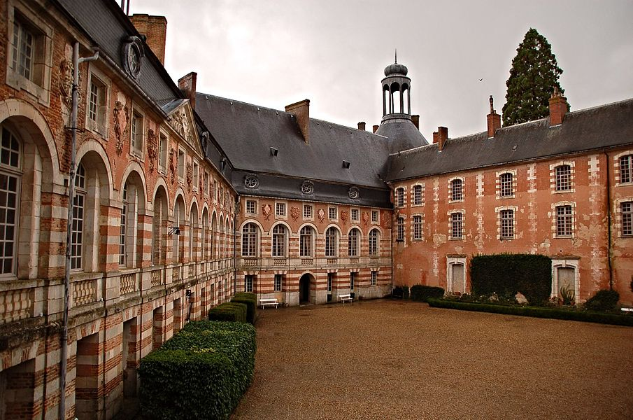 Cour du château de Saint-Fargeau