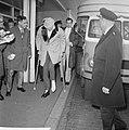 Danny Kaye in Nederland voor optreden, aankomst op Schiphol, Bestanddeelnr 916-3655.jpg