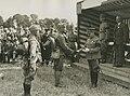De commandant van het Veldleger, luitenant generaal jonkheer Roëll overhandigt d – F40549 – KNBLO.jpg