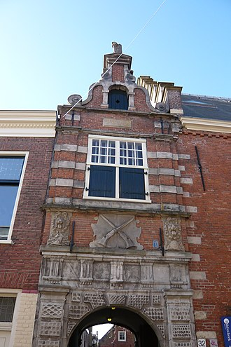 Haarlem schutterij - View of the keystone on the gatehouse to the Doelenplein around which the library is situated; it shows the weapons the 'shooters' carried.