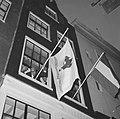 De vlag uit de Stichting DOude Stadt , wethouder Tabak steekt vlag uit aan de St, Bestanddeelnr 917-0564.jpg