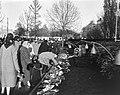 Dodenherdenking bloemlegging bij het oorlogsmonument voor gefusilleerde verzets, Bestanddeelnr 915-1322.jpg