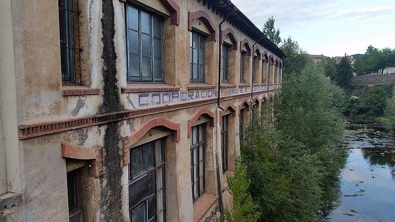 File:Edifici antiga Cooperació (Olot) - Cara del riu.jpg