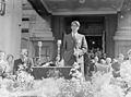 Edmund Hillary giving speech on return from South Pole, 1958.jpg