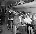 Een stewardess deelt flesjes drank uit, Bestanddeelnr 252-2069.jpg