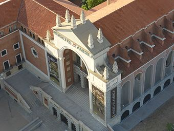 Fachada del Museo de América desde el Faro de Moncloa