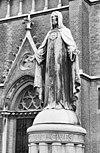 ext. overzicht beeld voor de kerk (heilig hartbeeld, 1921 atelier voor kerkelijke kunst auguste hermans, roermond) - tilburg - 20002692 - rce