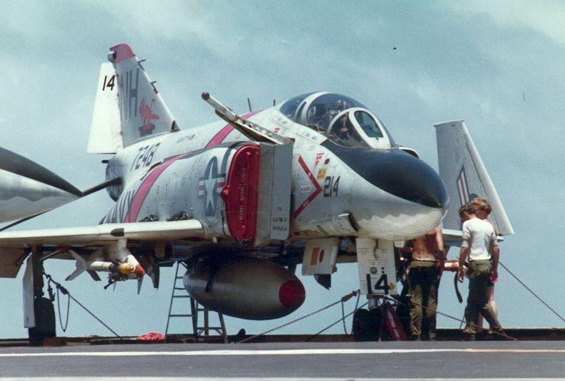 Le F4 C en camo guerre du Vietnam... - Page 2 800px-F-4J_VF-114_CVA-63_1970