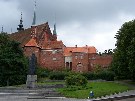 Frombork Cathedral mount and fortifications. In foreground: statue of Copernicus. Frombork - Wzgorze katedralne.JPG