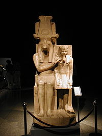 Estatua de Amenhotep III y el dios Sobek, procedente del templo de Sobek, en Dahamshaen. Museo de Luxor