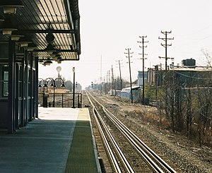 Railway platform height - Gauntlet track on Conrail Shared Assets Operation Lehigh Line at New Jersey Transit's Raritan Valley Line Union station. Freight trains run on the outer track so as to clear the platform