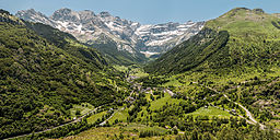 Gavarnie recti small Wikimedia Commons.jpg