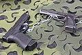 Glock 17 ja FN-BDA pistoolit Lippujuhlan päivä 2014.JPG