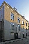 foto van Sluit aan bij de zijgevel van Wijnstraat 155-157. Pand met gepleisterde lijstgevel van vier vensterassen; souterrain, parterre en verdieping. Empire ramen