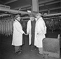Handjeklap door handelaren bij de slachtlijn van de vleeshallen in het deel waar, Bestanddeelnr 252-9064.jpg