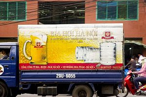 A truck is shipping bia hơi kegs