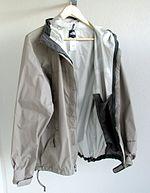 Un indumento fabbricato con materiali ad elevata traspirabilità e impermeabilità.