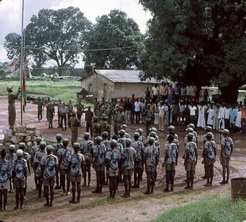 Hastear da bandeira da Guiné Bissau após o  arrear da de Portugal.jpg