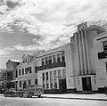 Het kantoor van de KLM (midden) in de Steenbakkerijstraat in Paramaribo, Bestanddeelnr 252-6063.jpg