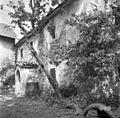 """Hiša s kalonjo. """"Kalonja"""" (vhod v hišo) št. 17, Golac, pri Cepčevih 1955.jpg"""