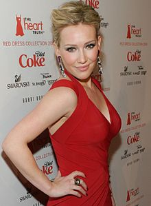 "Hilary Duff sa ""The Heart's Truth Red Dress Collection Fashion Show"" noong 2009."