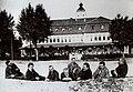 Hoher Besuch im Gruppenbild vor dem Kinder- Erholungsheim Produktion in Haffkrug an der Ostsee im Juli 1919.jpg