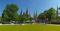 Holstentor, Marienkirche, Petrikirche. Lübeck, Deutschland.jpg