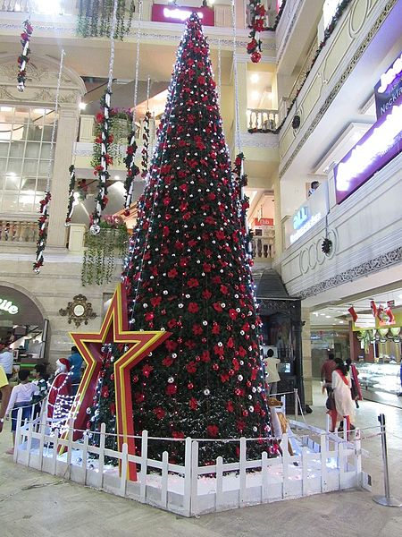File:Huge-christmas-tree-at-city-center-chennai-1.jpg