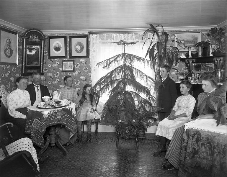 File:Interiör, familj med sju personer. Gruvfogde Sven Engström med familj. Färnebo hd. Nordmarks sn. Finnmarken - Nordiska Museet - NMA.0051731.jpg