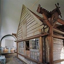 Interieur, buitenkant van het houten huis binnen het stenen huis - Zaandam - 20341837 - RCE.jpg