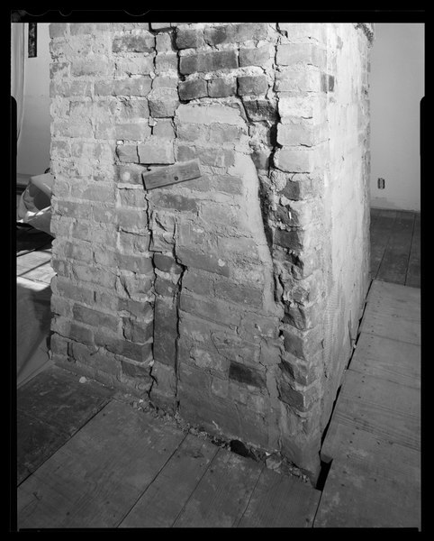 File:Interior view, Slave Quarter-Service Wing, second floor, west end, detail of west chimney to show scars in brickwork from the partition wall, view looking southeast at north HABS DC,WASH,28-77.tif