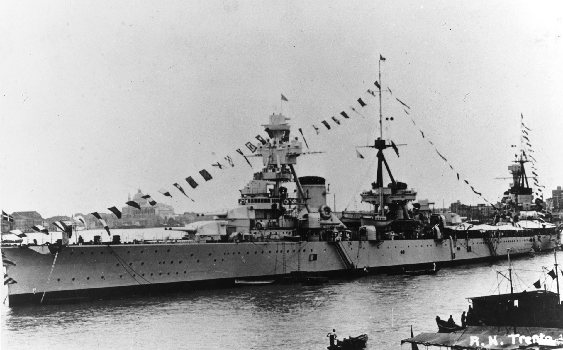 Italian cruiser Trento NH 86592.jpg