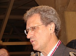 Joe Volpe speaking to the press at the 2006 Liberal leadership convention.