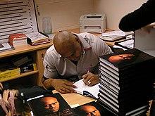 Jona Lomu en train de dédicacer son livre