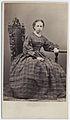Kabinettsporträtt. Porträtt i helfigur av sittande kvinna iklädd rutig klänning med knäppning fram - Nordiska Museet - NMA.0053178.jpg