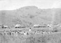 Kasigoentjoe op Midden-Celebes met op de voorgrond de schooljeugd van 1908.png