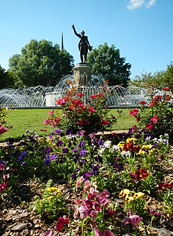 A statue of the ماری ژوزف لافایت stands atop a fountain in LaGrange's LaFayette Square.