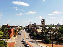 Massachusetts Street, no centro de Lawrence, com a Universidade de Kansas campus principal visível à direita no fundo (2018)