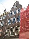 foto van Huis vanwege de zandstenen aanzetkrullen en andere onderdelen voor zover oud van de gevelhals aan de nieuwmarkt