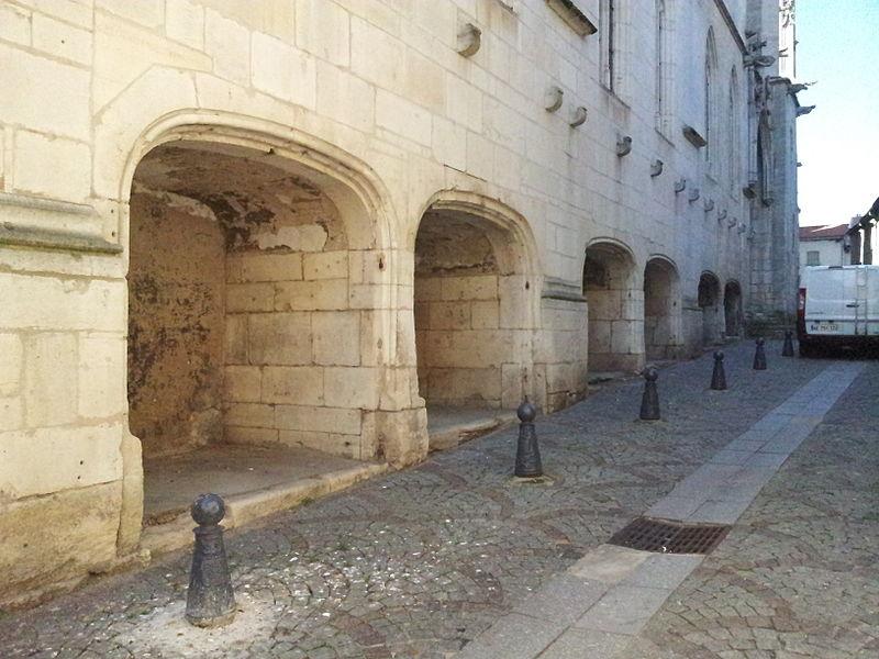 Loges extérieures destinées à recevoir des échoppes insérées sous le sol des chapelles nord de de la basilique Saint-Nicolas, à Saint-Nicolas-de-Port et ouvertes sur la rue des Fonts.