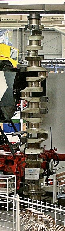 man marine crankshaft for 6cyl marine diesel applications  note locomotive  on left for size reference