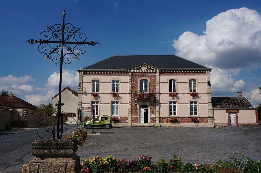 Mairie_de Vraux, sa place et une croix de chemin.