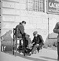 Man op een hoge stoel op straat laat zijn schoenen poetsen, Bestanddeelnr 254-5541.jpg