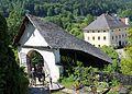 Maria Wörth - Überdachte Treppe zur Pfarrkirche.jpg