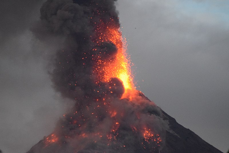 File:Mayon Volcano Eruption 4.jpg
