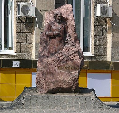 Памятник Мечникову напротив Пастеровского института в Харькове