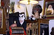 Ensemble d'objets, d'ouvrages anciens et d'accessoires de films consacrés aux vampires et présentés au Musée des vampires, à Paris
